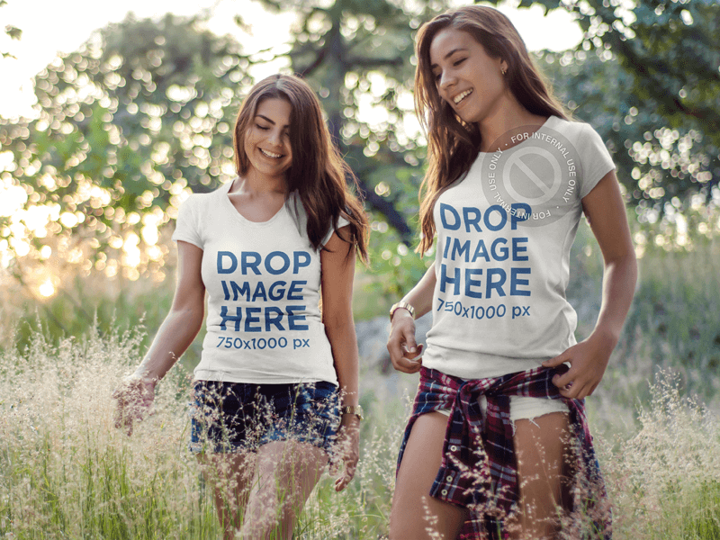 T-SHIRT MOCKUP FEATURING TWO CHEERFUL FRIENDS HIKING