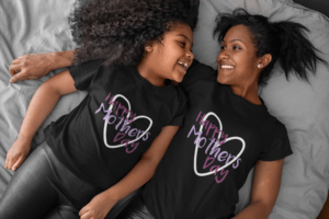 Tee Mockup Of A Mom And Her Daughter Lying In Bed