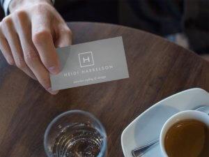 Mockup de Tarjeta de Presentación sobre Mesa de Cafetería