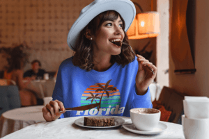 Sweatshirt Mockup Of A Woman Eating A Cake At A Coffee Store